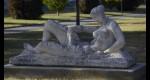 Sculpture en pierre représentant une femme à la draperie