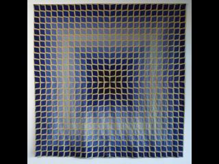 Tapisserie carrée composée de carrés de tons bleu, violet et jaune